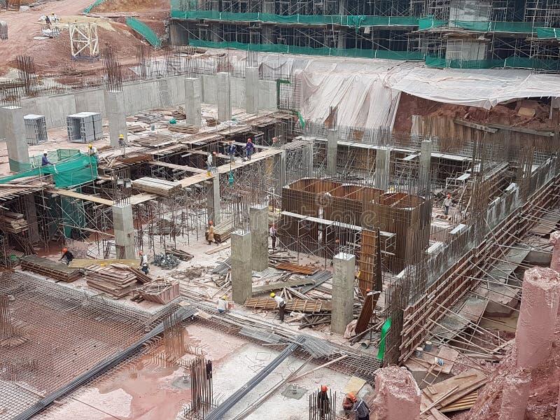 Sous-structure et superstructure de construction en construction suivre la méthode d'ouvert-coupe photos libres de droits