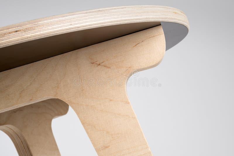 Sous un petit concepteur en bois Stool ou la petite table ronde image libre de droits
