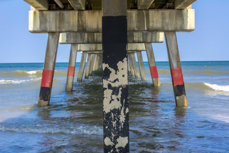 Sous un pilier de pêche image libre de droits
