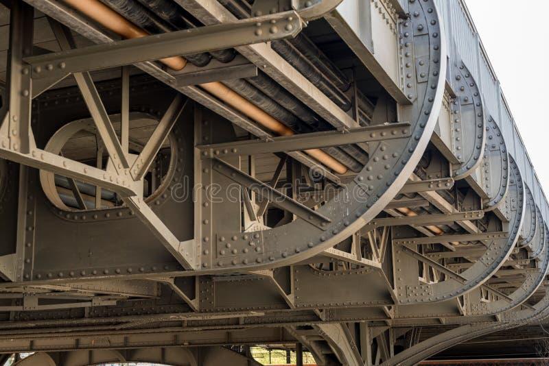 Sous un vieux pont en acier en rail - vieille construction en Allemagne photographie stock