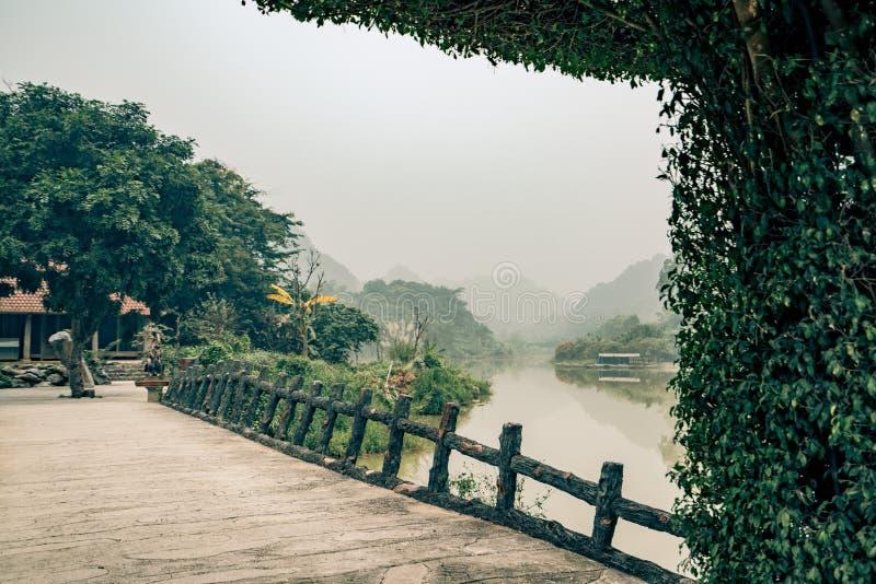 Sous une arcade au Vietnam photographie stock libre de droits