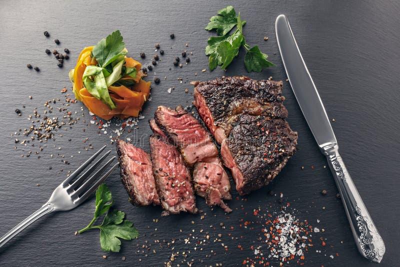 Sous-vide cortado do bife com macarronetes vegetais imagem de stock royalty free