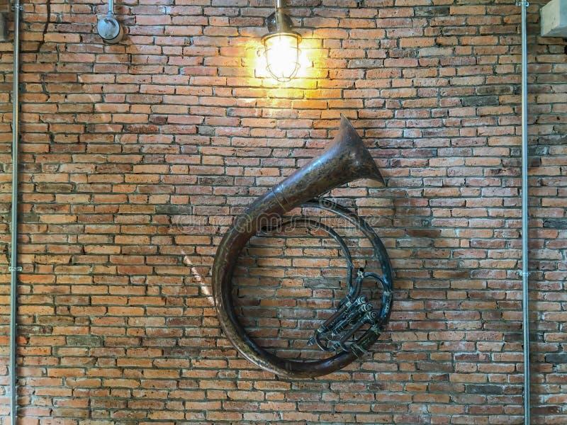 Sousaphone musikalisch an der Wand lizenzfreie stockfotografie