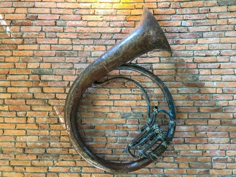 Sousaphone musikalisch an der Wand stockbilder