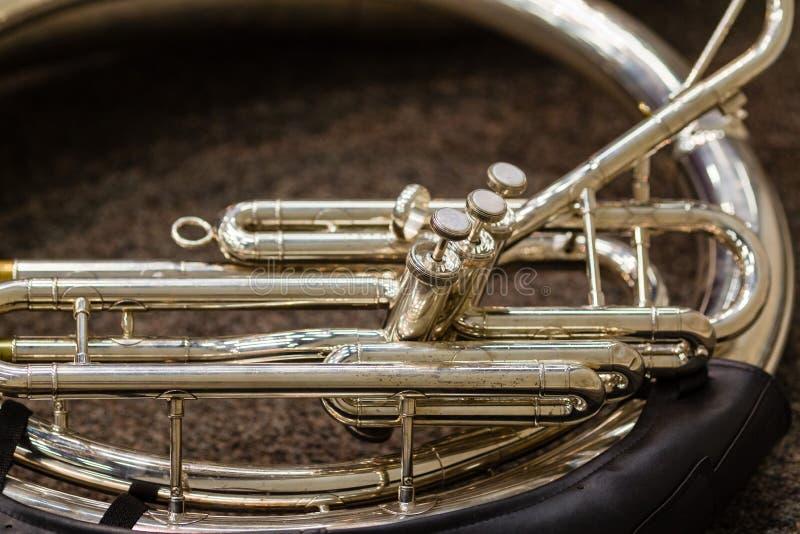 Sousaphone que descansa no assoalho que espera sua volta para executar fotografia de stock