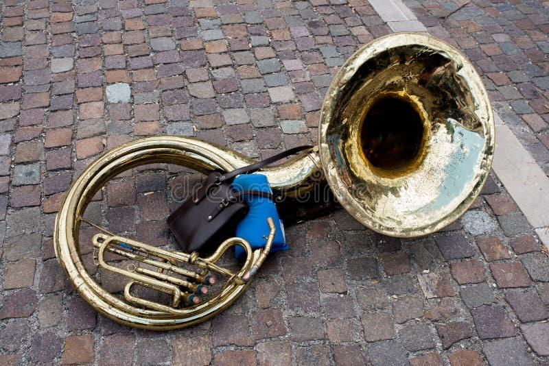 Sousaphone vieux et de vintage sur la rue photo stock