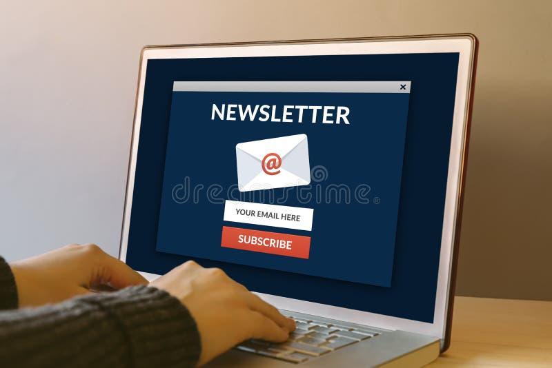 Souscrivez le concept de bulletin d'information sur l'écran d'ordinateur portable sur en bois photographie stock libre de droits
