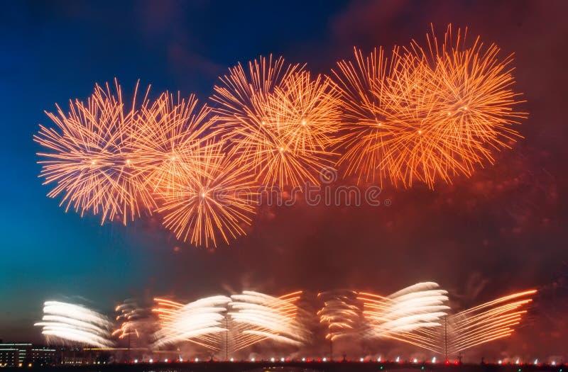 Soustrayez le feu d'artifice coloré avec les rayons de la lumière dirigés vers le ciel image stock