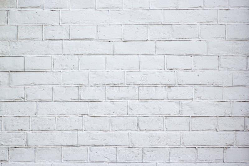 Soustrayez le vieux stuc souillé par texture superficiel par les agents gris-clair et avez vieilli le fond blanc de mur de brique image libre de droits