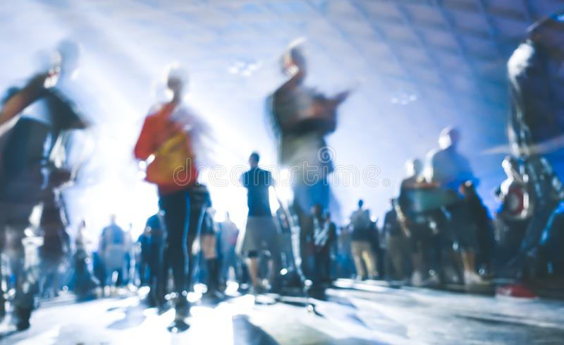 Soustrayez les personnes brouillées dansant à l'événement de concert de festival de nuit de partie de musique image libre de droits