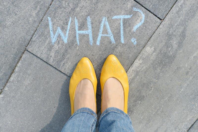 Soustrayez quel point d'interrogation dessiné dans des crayons sur l'asphalte gris avec des jambes de femmes dans des chaussures  photo stock