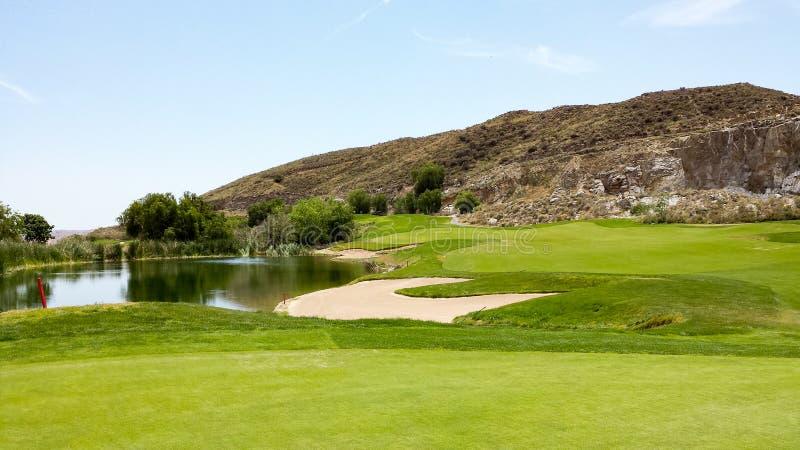 Soute, étang et fairway sur le terrain de golf de carrière de chêne, la Californie du sud image libre de droits