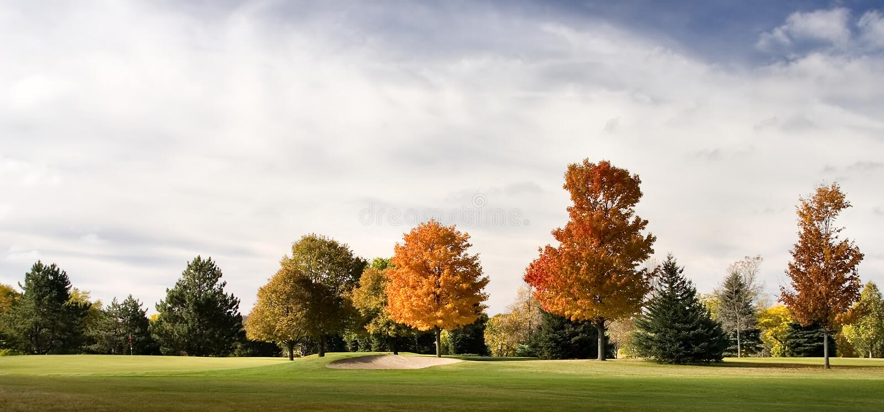Download Soute de terrain de golf image stock. Image du soute, rouge - 8661221