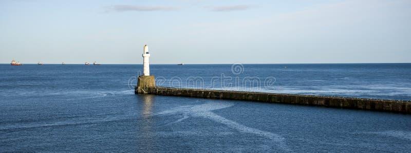 South Breakwater Leuchtturm am Eingang zum Hafen von Aberdeen, Schottland, Vereinigtes Königreich lizenzfreies stockbild