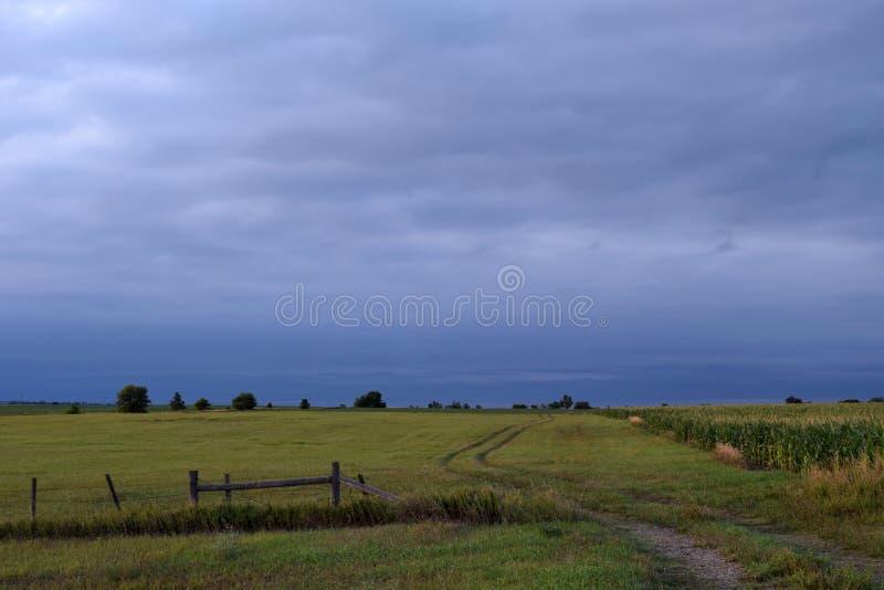 South Dakota fläckiga moln, jordbruksmark och staket royaltyfri fotografi