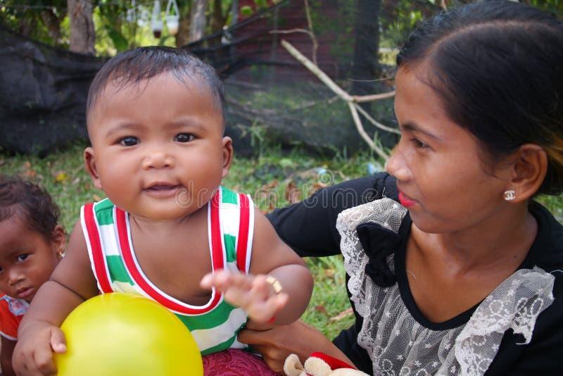 South East Asia kambodjan behandla som ett barn arkivbild