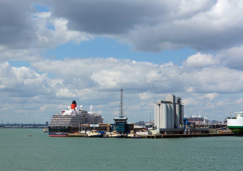 Southampton atraca con el buque grande del barco de cruceros y de carga en día de verano tranquilo con el cielo azul del buen tie foto de archivo
