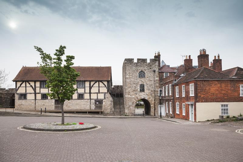 Southampton straat met oude steentoren stock afbeeldingen