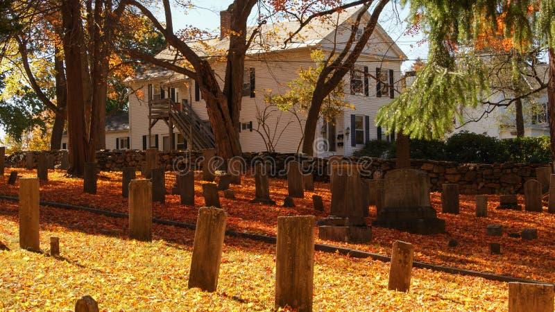 SOUTHBRIDGE, MASSACHUSETS EUA - 17 DE NOVEMBRO DE 2017 Cemitério velho em uma cidade pequena em Nova Inglaterra com as folhas de  fotografia de stock royalty free