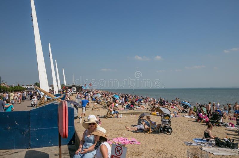 Southendstrand overvol op een hete de zomerdag stock fotografie