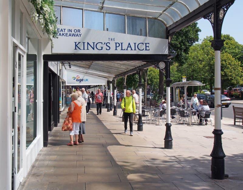 Southport, merseyside, Förenade kungariket - 28 juni 2019: människor som sitter på utomhuskaféer och går förbi butiker i den hist arkivfoton