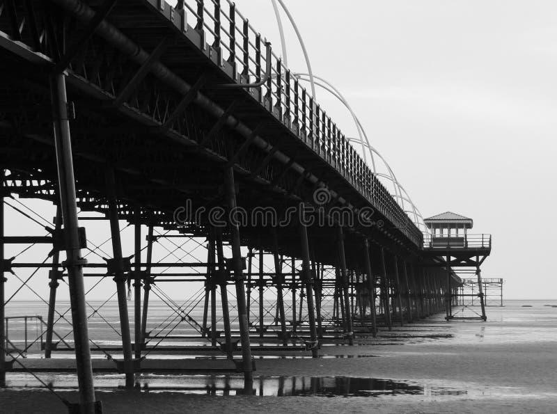 Southport-Pier, der Strand und Struktur im Abend monoch zeigt stockfotografie