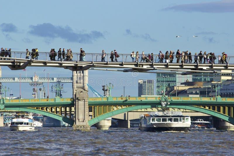 Southwark桥梁和千年桥梁,伦敦 库存图片