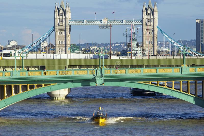 Southwark桥梁和塔桥梁,伦敦 免版税库存照片