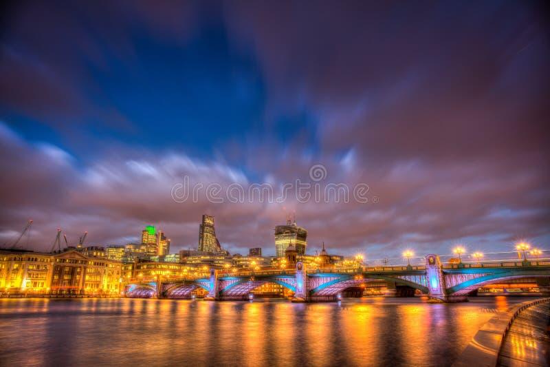 Southwark桥梁在晚上 库存照片