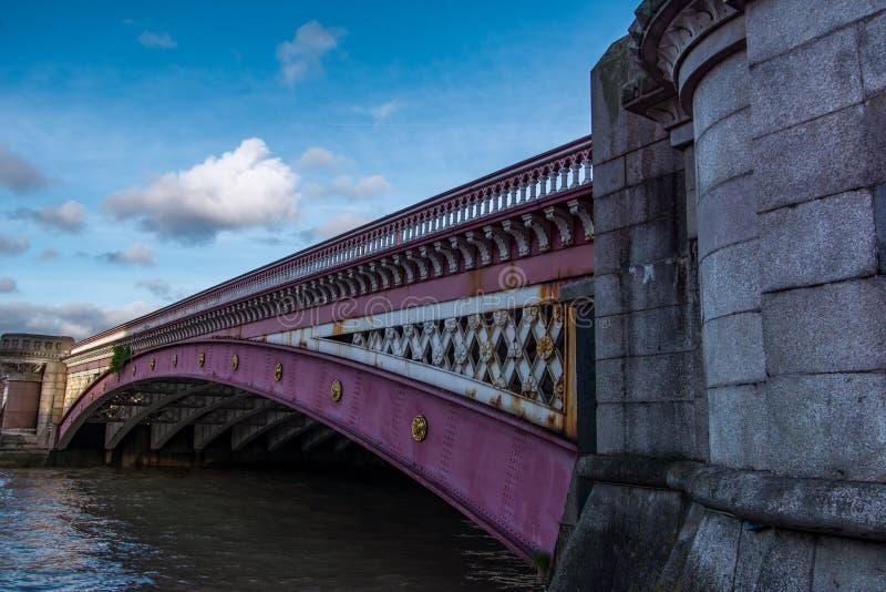 Southwark桥梁接近的侧视图在泰晤士河的 图库摄影