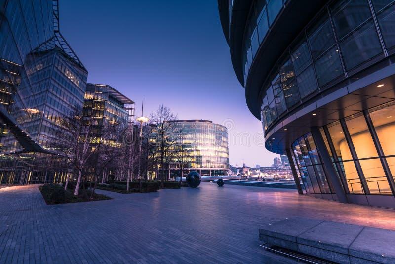Southwark a Londra, uffici di affari ad alba immagini stock libere da diritti