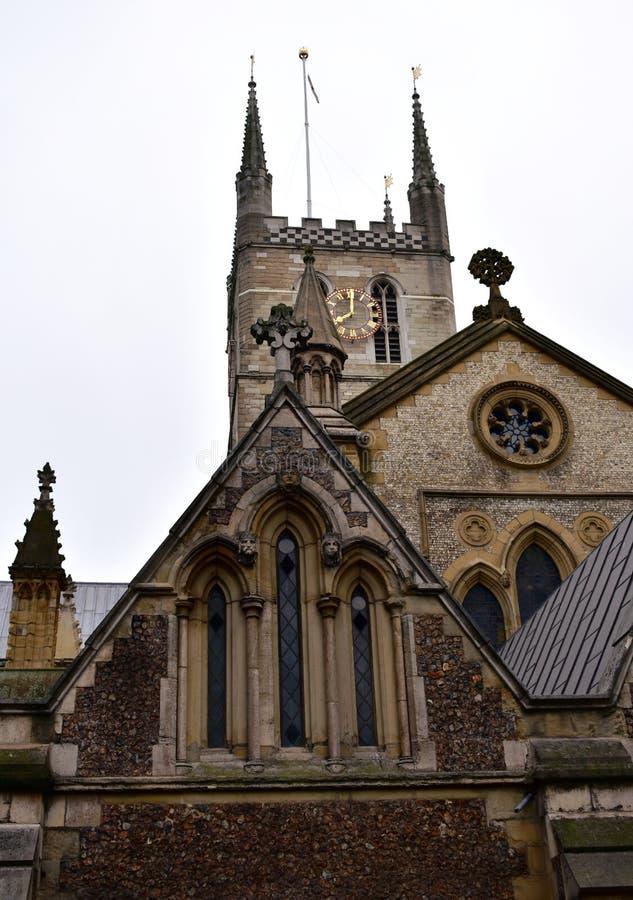 Southwarkkathedraal Toren met gouden klok en van het oosten eind Zuidenbank, Londen, het Verenigd Koninkrijk stock afbeeldingen