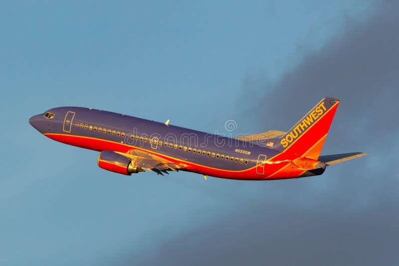 Southwest Airlines Boeing 737 trafikflygplan som vänder efter avvikelse från McCarran den internationella flygplatsen i Las Vegas royaltyfri fotografi