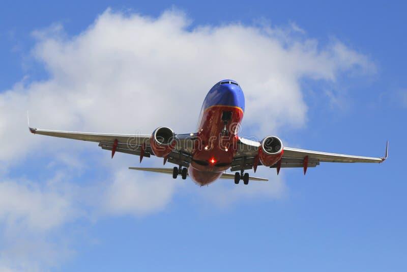 Southwest Airlines stråle som stiger ned för att landa San Diego International Airport royaltyfri bild