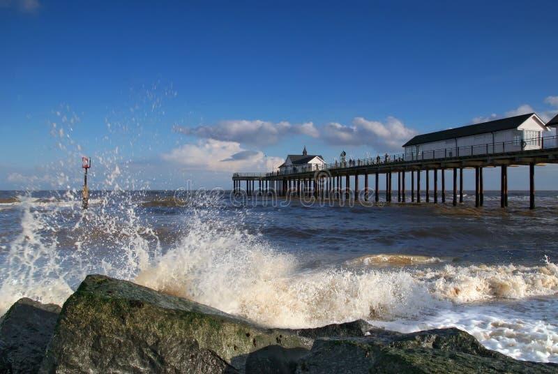 Southwold Pier mit Spritzen lizenzfreie stockfotos
