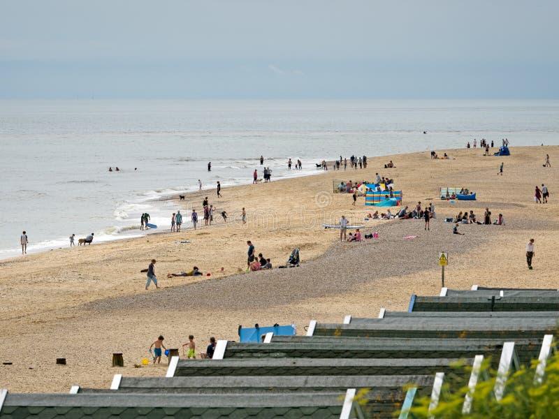 SOUTHWOLD, SUFFOLK/UK - 30 DE JULIO: Gente que goza de la playa en S imágenes de archivo libres de regalías