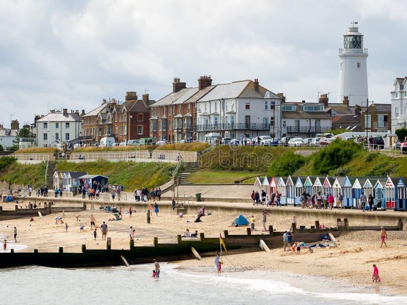 SOUTHWOLD, SUFFOLK/UK - 30 DE JULIO: Gente que goza de la playa en S foto de archivo libre de regalías