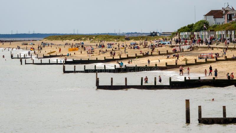 SOUTHWOLD, SUFFOLK/UK - 30 DE JULIO: Gente que goza de la playa en S imagenes de archivo