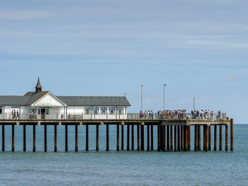 SOUTHWOLD, SUFFOLK/UK - 30 DE JULIO: Gente que goza de Sunny Day Ou imagen de archivo
