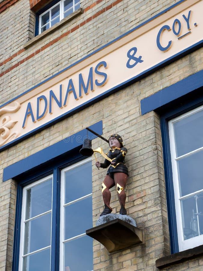 SOUTHWOLD, SUFFOLK/UK - 11 DE JUNHO: Estátua de um menino que bate uma Bell foto de stock
