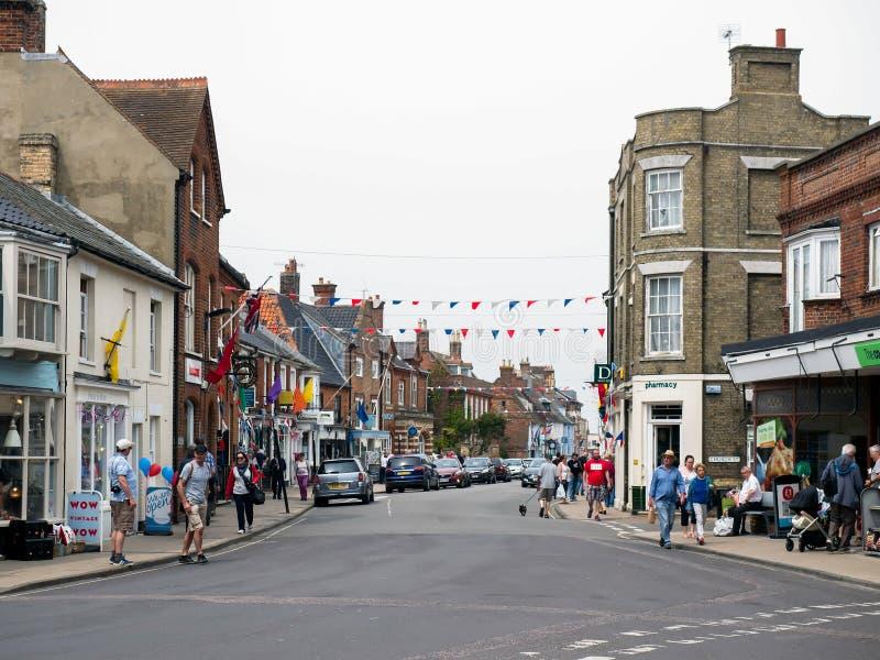 SOUTHWOLD, SUFFOLK/UK - 11 GIUGNO: La gente che cammina intorno a Southwol immagini stock libere da diritti