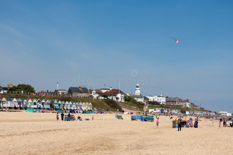 SOUTHWOLD, SUFFOLK/UK - 2 GIUGNO: La gente che gode della spiaggia dentro così immagini stock
