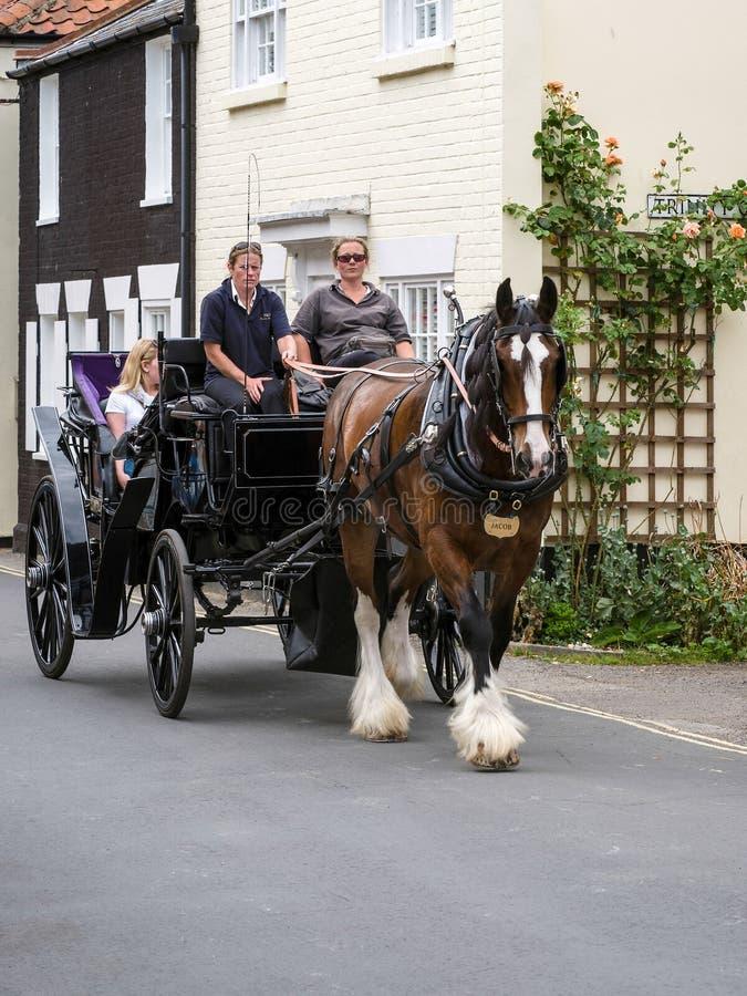 SOUTHWOLD, SUFFOLK/UK - 30 JUILLET : Les gens appréciant un cheval et un Ca photographie stock libre de droits