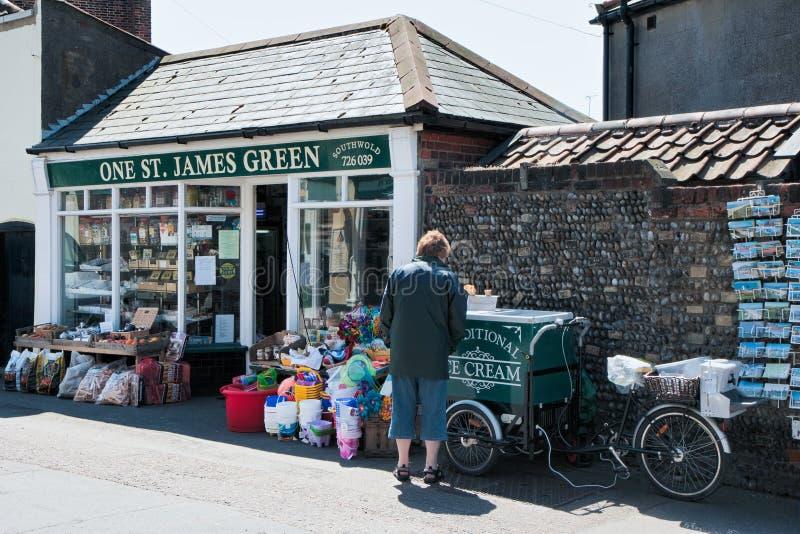 SOUTHWOLD, SUFFOLK/UK - 2 JUIN : Boutique en le Suffolk de Southwold sur Ju image libre de droits