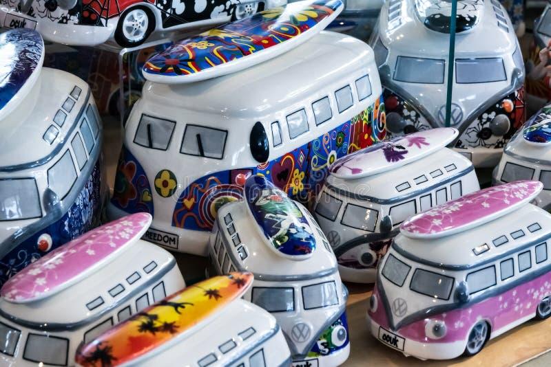 SOUTHWOLD SUFFOLK/UK - MAJ 31: Samling av porslinvw-camperva royaltyfri foto