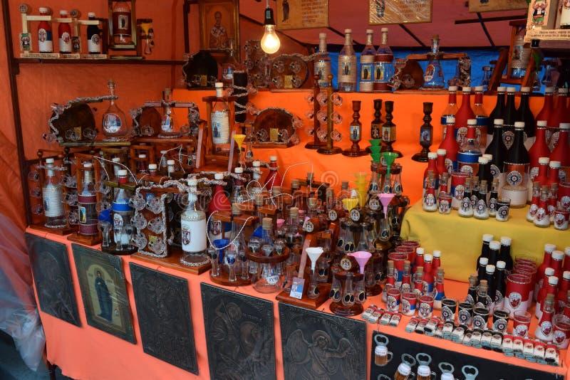 Souvenir-affären med många intressanta produkter för att dricka hem royaltyfria bilder