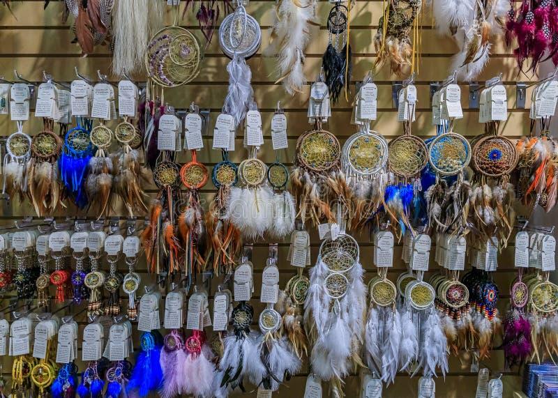 Souvenir dreamcatchers, het symbool van de Eerste Naties of het Inheems-Amerikaanse Indiaanse Beschermingssymbool in een toeristi stock foto