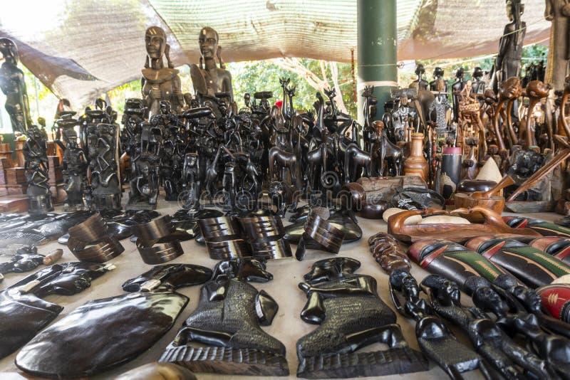 Souvenir en bois africain d'art vendu sur le marché d'air ouvert à Maputo, Mozambique images libres de droits