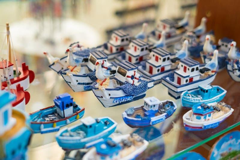 Souvenir från Kusadasi i form av små fartyg och seagulls En bra keramisk gåva från havet arkivfoto
