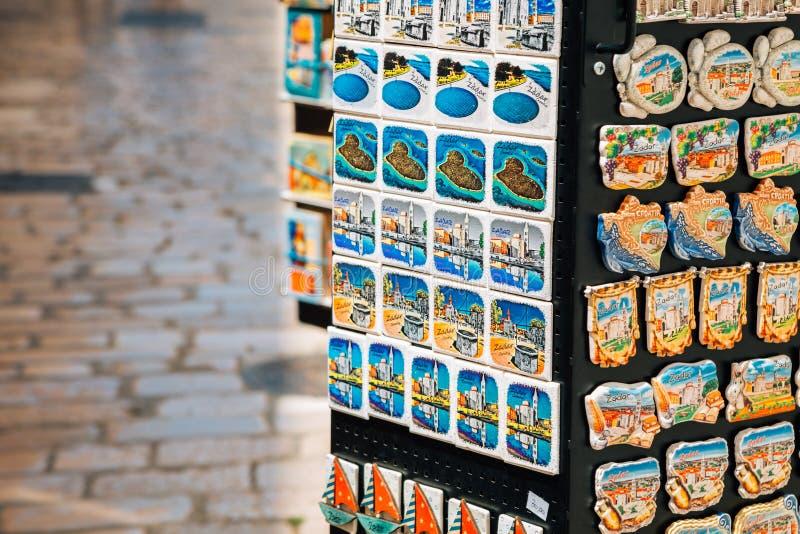 Souvenir fridge magneten in cadeauwinkel in Zadar, Kroatië stock fotografie
